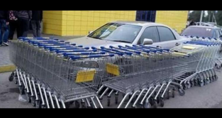 Carro cercado por carrinhos de supermercado