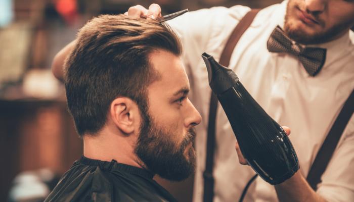 homem no cabelereiro