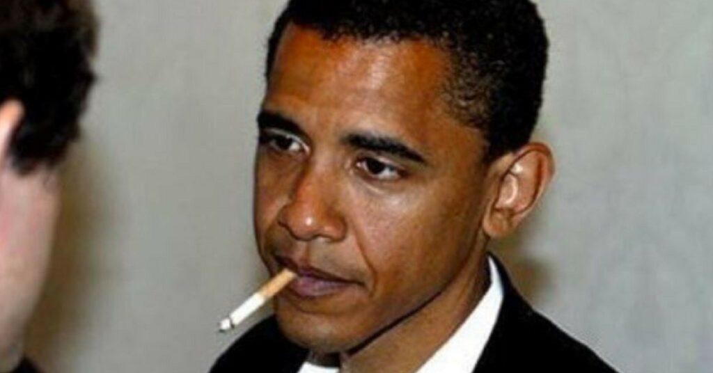 Barak Obama fumando
